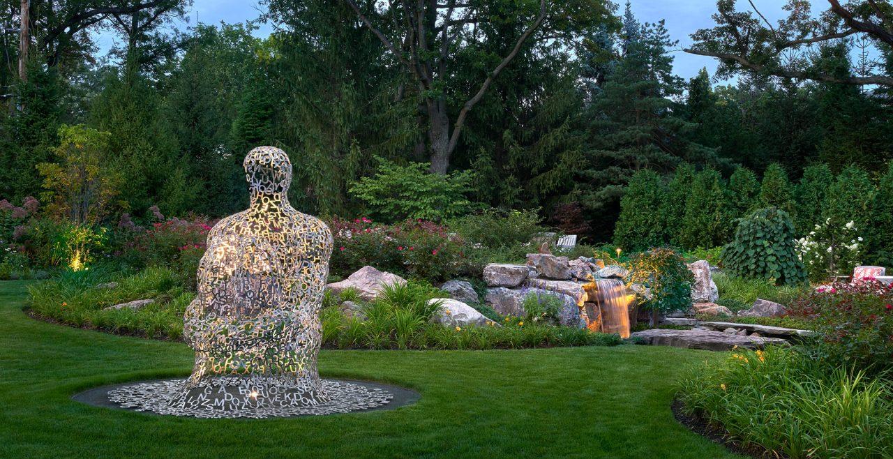 Landscape architecture promoting sculpture focus